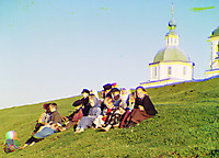 Дети сидят на холме