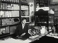 13-летний итальянский мальчик работает после занятий в школе, 1913