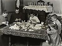 Франк, 14 лет со своими родителями, делающими искусственные цветы, январь 1908