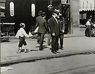 Молодой разносчик газет высматривает клиента, 1912
