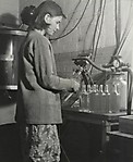 15-летняя девочка на фабрике.