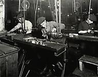 15-летний итальянский мальчик, полирующий маленькую медную деталь, 1913