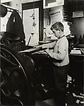 Двенадцатилетний итальянский мальчик работает в типографии, 1913