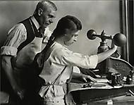 15-летняя девочка, управляющая чеканочным прессом, январь 1917