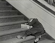 Один из многих молодых разносчиков газет, продающих поздние вечерние выпуски, ноябрь 1912